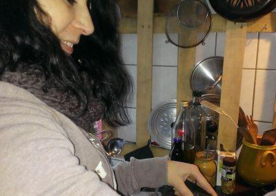 Nadine qui prépare la peinture aux pigments naturels et huile de lin